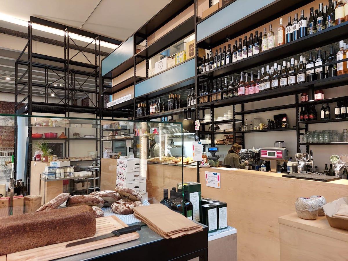 Degustazione, ristoro, dispensa: la bottega bistrot dove gli spazi acquisiscono il senso del racconto