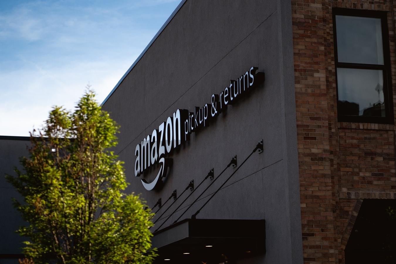 Amazon: 44 miliardi di ricavi e zero tasse. La colpa è delle leggi europee antiquate. Ma anche nostra